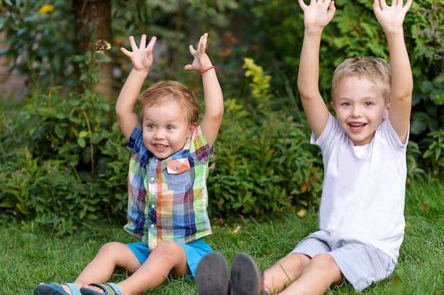 Fratelli felici che giocano nel giardino Foto Premium