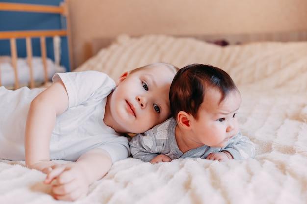 Fratello e sorella mentono Foto Premium