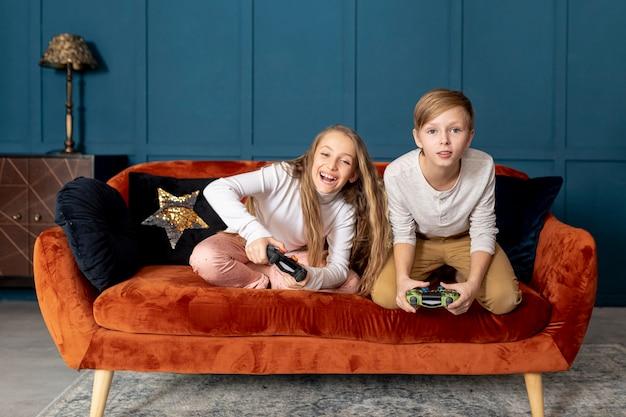 Fratello germano che gioca insieme ai videogiochi Foto Gratuite