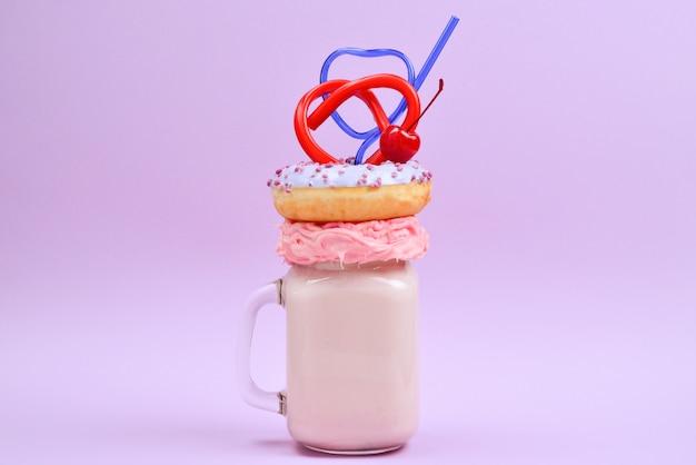 Freakshake alla fragola rosa con marshmallow e dolci. Foto Premium
