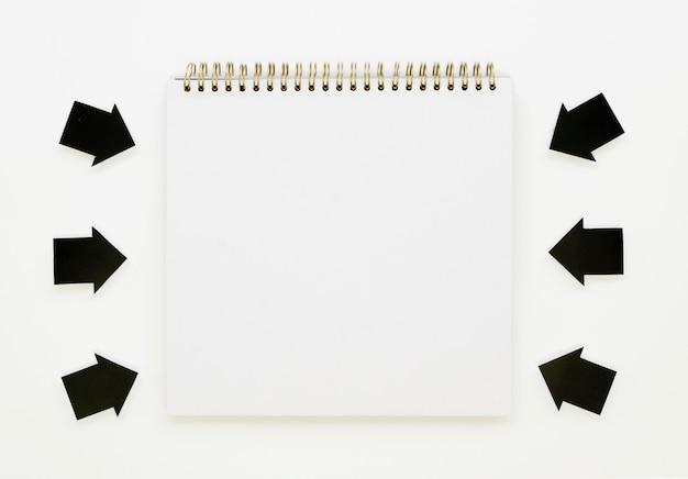 Frecce che indicano il notebook Foto Gratuite