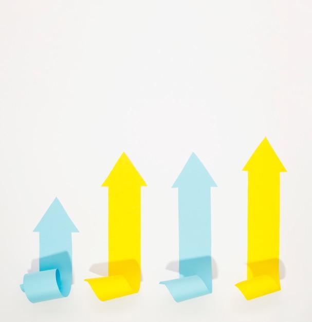 Frecce multicolori che indicano in su con lo spazio della copia Foto Gratuite