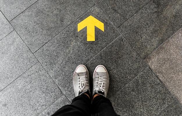 Freccia di direzione sul pavimento Foto Gratuite
