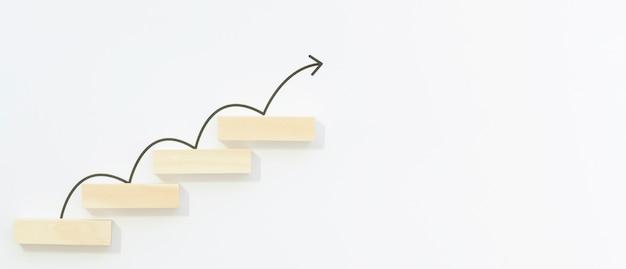 Freccia disegnata che rimbalza sui blocchi Foto Gratuite
