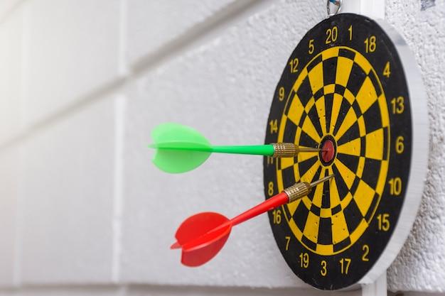 Parete Verde Ufficio : Freccia rossa e verde nel fondo bianco della parete dellufficio