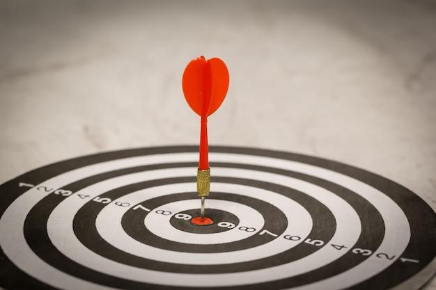 Freccia rossa freccia che colpisce nel centro dell'obiettivo. Foto Premium