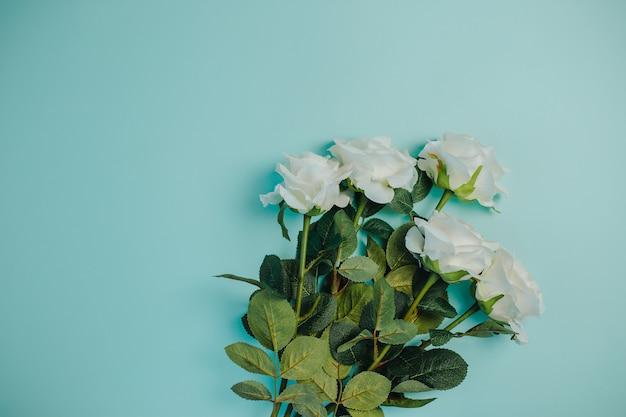 Freschezza primaverile rose bianche con foglie verdi. mazzo di belle rose bianche con gambo lungo e copia spazio. Foto Premium