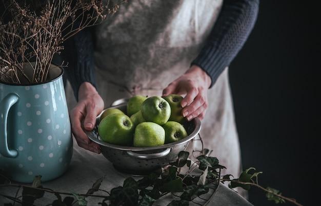 Fresco biologico raccolto solo nel giardino di succose mele verdi. Foto Premium