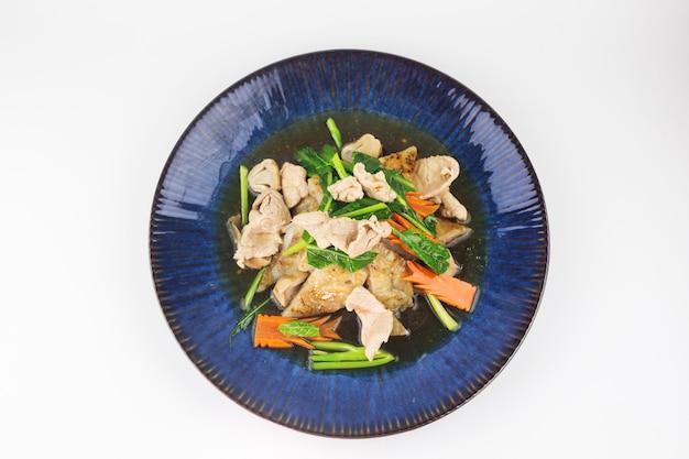 Fried noodles con carne di maiale in salsa del sugo su bianco Foto Premium