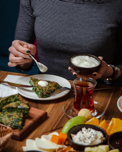 Frittata al verde condita con panna acida Foto Gratuite