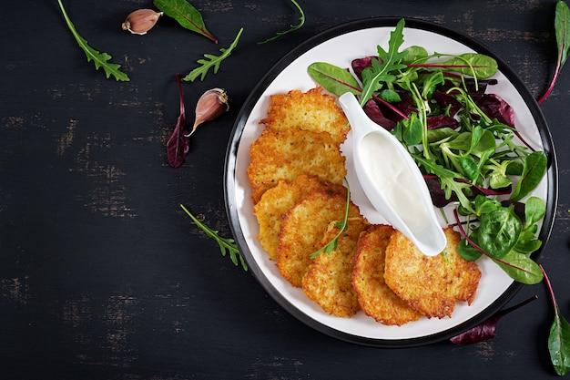 Frittelle di patate servite con panna acida Foto Gratuite