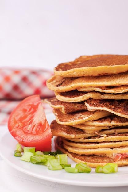 Frittelle o frittelle fritte sono accatastate, appetitoso antipasto per la settimana del pancake Foto Premium