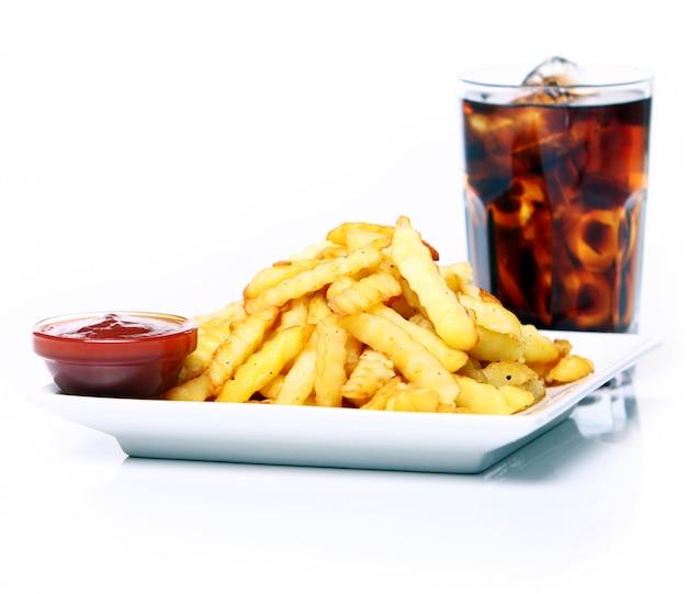 Frittura di patate con ketchup e bevanda alla cola Foto Gratuite