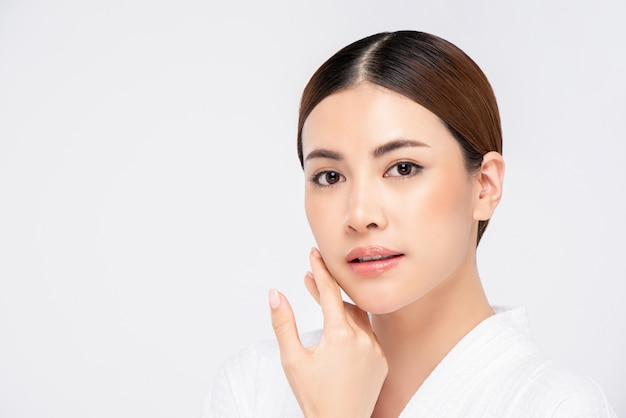 Fronte abbastanza asiatico radiante giovanile della donna per il concetto di bellezza Foto Premium