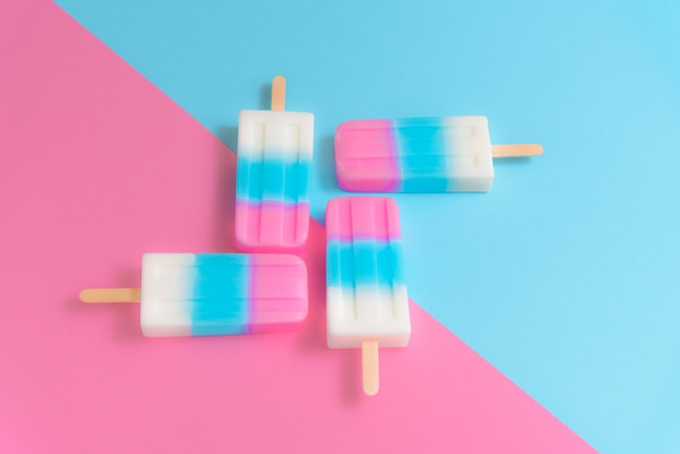 Fruit ice cream stick, popsicle, ice pop o freezer pop su sfondo blu e rosa pastello Foto Premium
