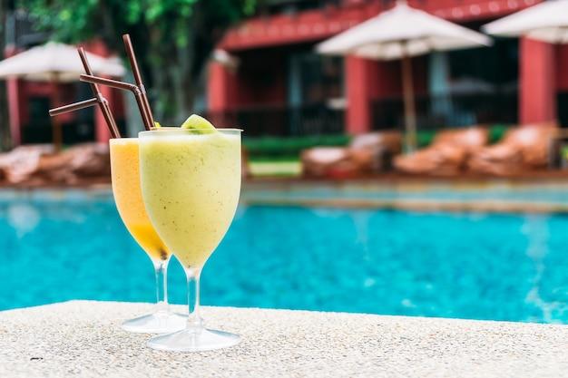 Frullati con sfondo piscina Foto Gratuite