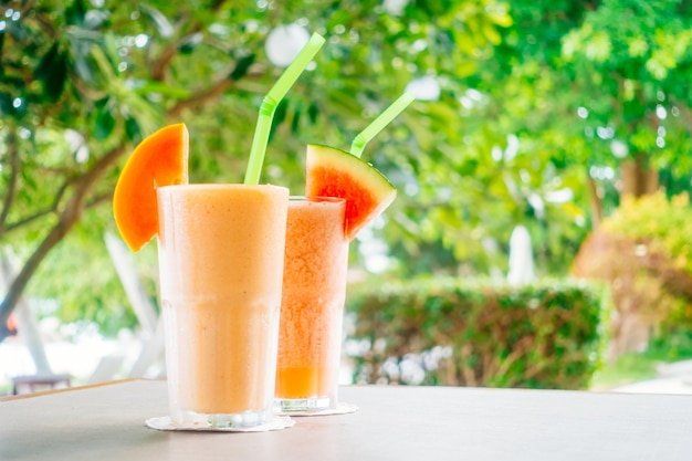 Frullati di frutta anguria e succo di papaya in vetro Foto Gratuite