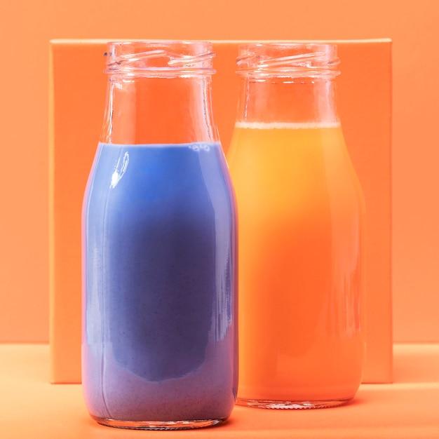 Frullati di vista frontale in bottiglie di vetro Foto Gratuite
