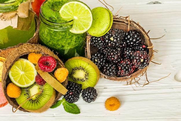 Frullati verdi e rossi in un barattolo con lime Foto Gratuite