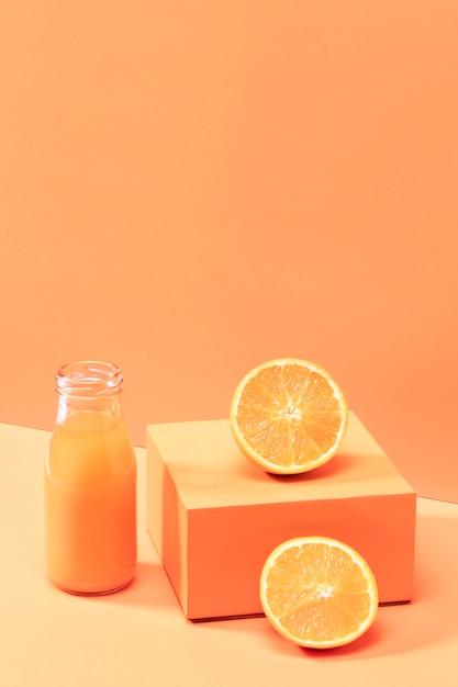 Frullato ad alto angolo con arance a fette Foto Gratuite