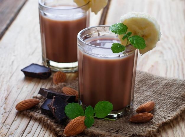 Frullato al cioccolato con banana e menta Foto Premium