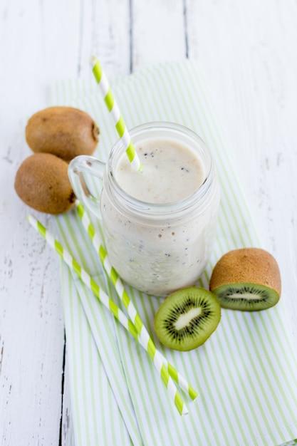 Frullato con banana, kiwi e latte Foto Premium