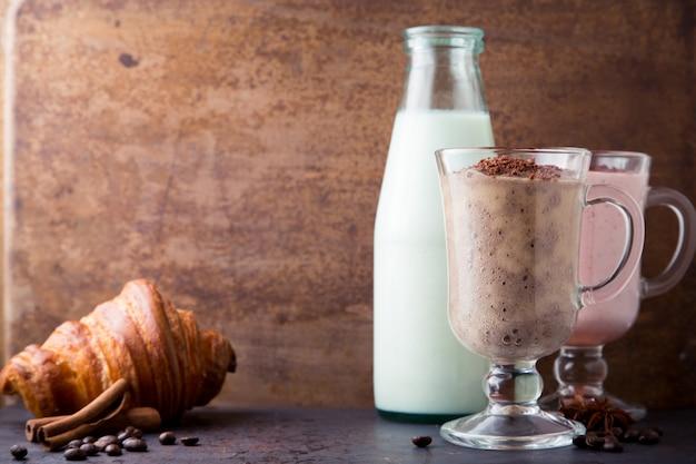 Frullato di cioccolato, banana, latte e fragola Foto Premium