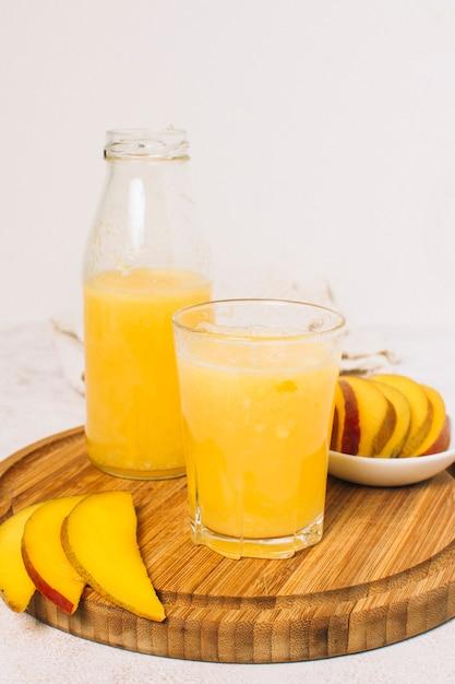 Frullato di mango con sfondo bianco Foto Gratuite