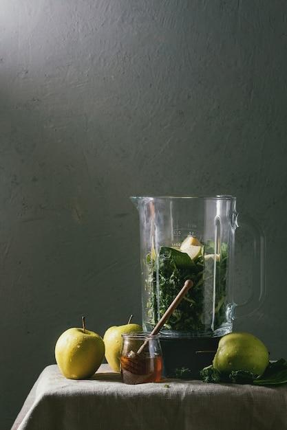 Frullato di mela verde con spinaci Foto Premium