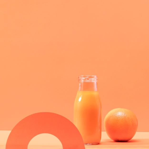 Frullato di vista frontale e arancio con copia-spazio Foto Gratuite