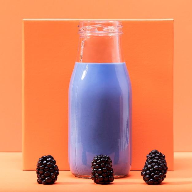 Frullato di vista frontale in bottiglia con le more Foto Gratuite