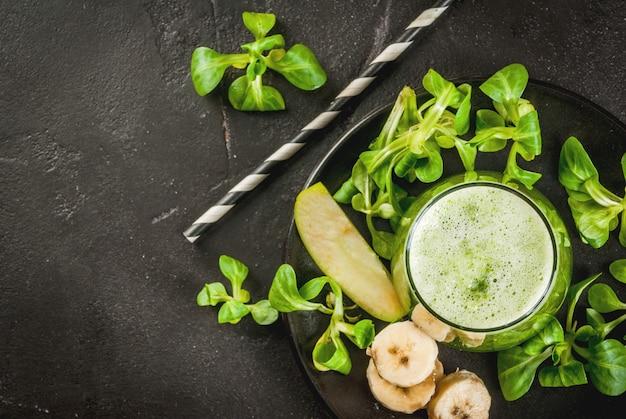 Frullato verde di frutta e verdura Foto Premium