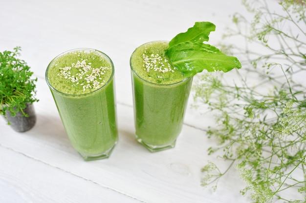 Frullato verde miscelato con ingredienti o cocktail Foto Premium