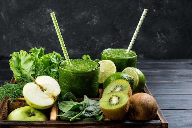 Frullato verde sano con ingredienti frutta e verdura Foto Premium