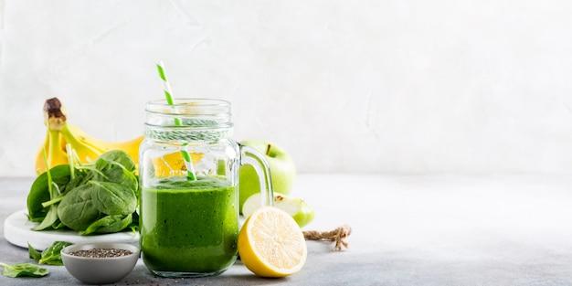 Frullato verde sano con spinaci in barattolo di vetro Foto Premium