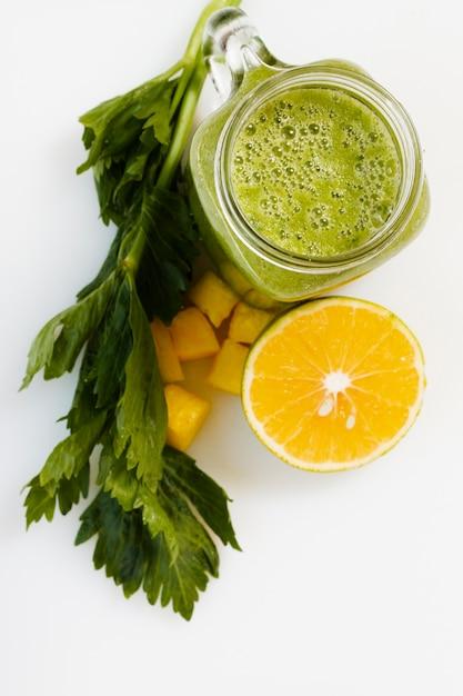 Frullato verde vista dall'alto in vetro con limone Foto Gratuite