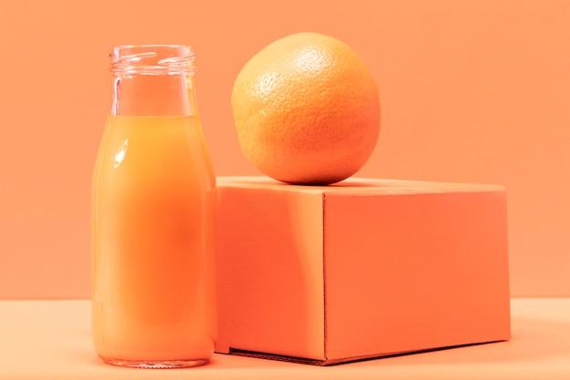 Frullato vista frontale con arancia Foto Gratuite