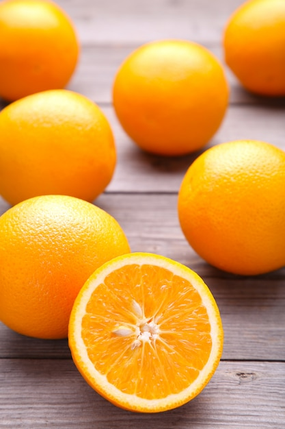 Frutta arancione matura su una priorità bassa grigia Foto Premium