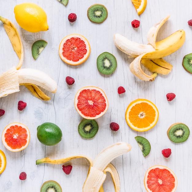 Frutta assortita su tavolo in legno Foto Gratuite
