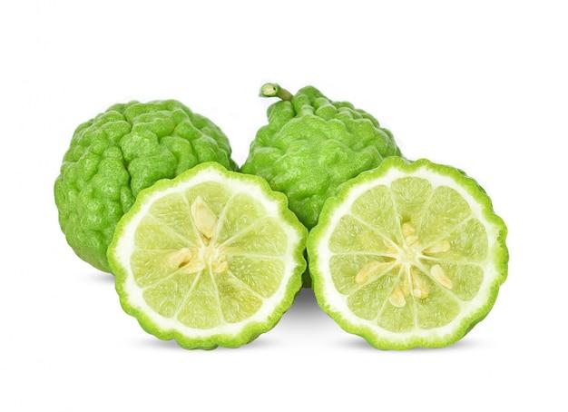 Frutta del bergamotto isolata sui precedenti bianchi. Foto Premium