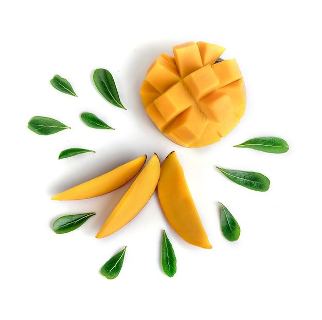 Frutta del mango decorata con le foglie isolate su fondo bianco Foto Premium