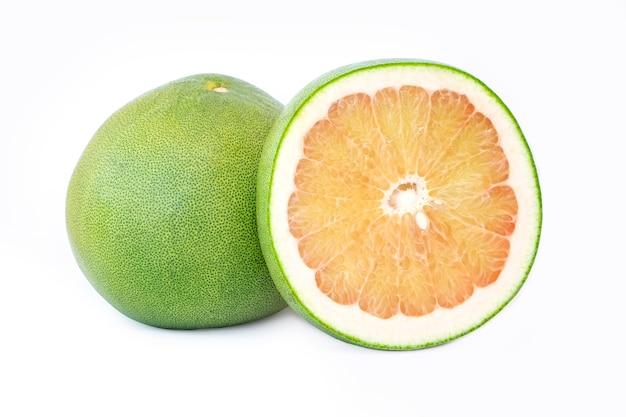 Frutta del pomelo della tailandia isolata su fondo bianco Foto Premium