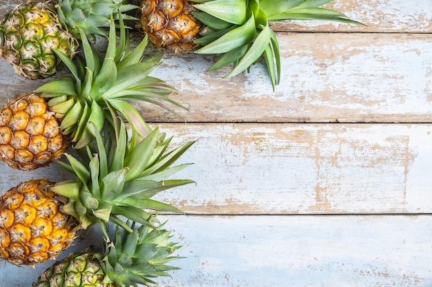 Frutta dell'ananas su un fondo di legno Foto Premium