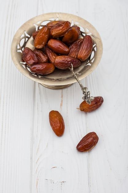 Frutta di date sulla piccola piastra sul tavolo Foto Gratuite