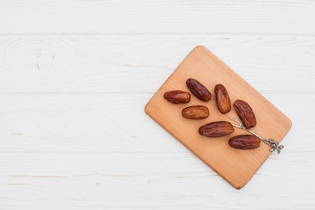Frutta di date sulla tavola di legno sul tavolo Foto Gratuite