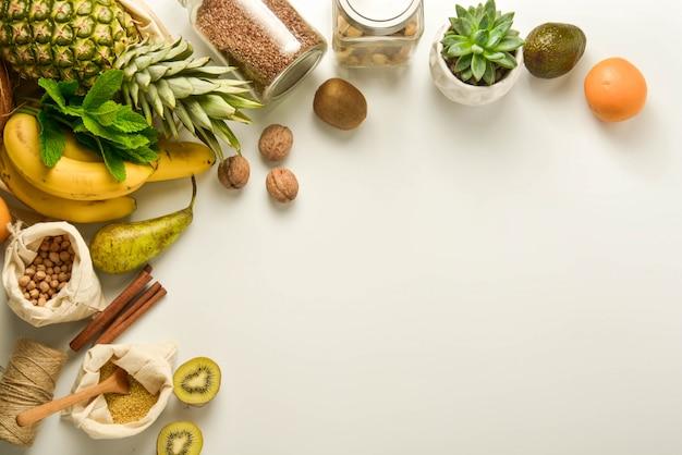 Frutta e cereali in sacchetti di tessuto Foto Premium