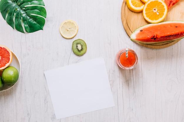 Frutta e frullato vicino foglio di carta Foto Gratuite