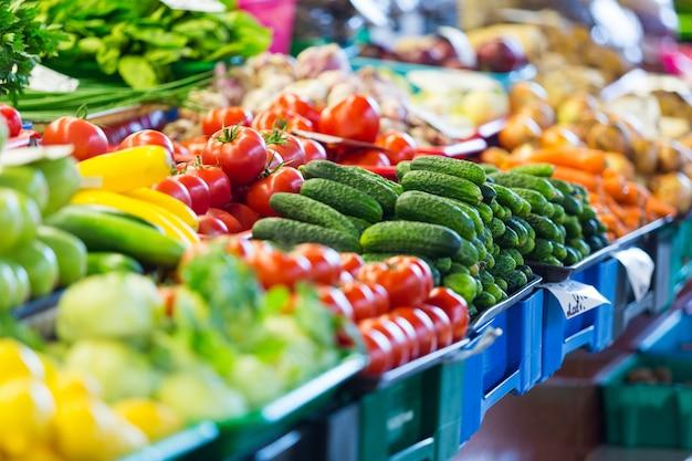 Frutta e verdura al mercato cittadino a riga Foto Premium
