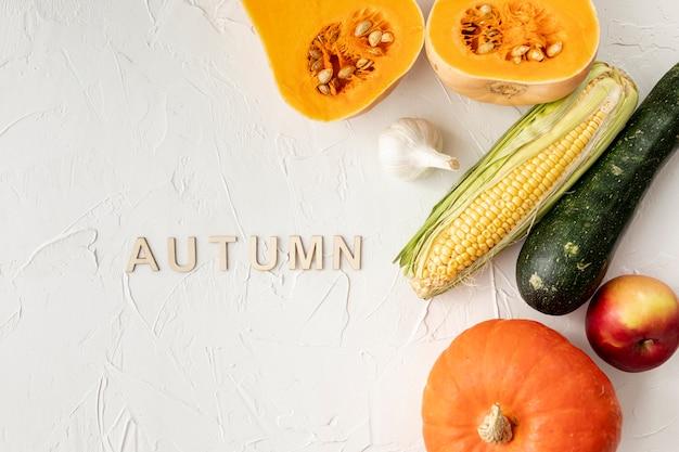 Frutta e verdura autunnali su sfondo bianco Foto Gratuite