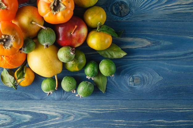 Frutta e verdure organiche fresche su fondo di legno Foto Premium